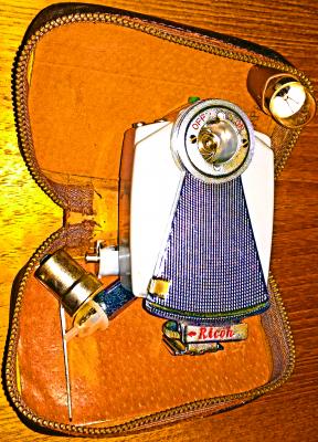 55f3d3fe Ricoh blitz i veske med utstyr og sammenleggbar reflektor kan bruke  bajonettlamper og de små i helt glass.