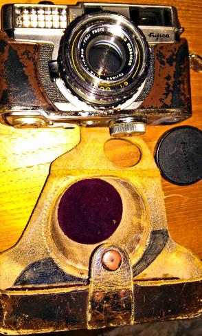 ece782e4 ... glass. ⇑ Fuji Fujica 135 med lysmåler og avstandsmåler. Slitt veske.
